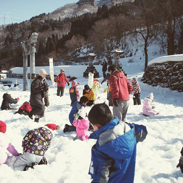 吉野谷の里山祭にて、雪中宝探し。途中で飽きた息子に代わり、パパが宝を探すことに。まさかこんなところで、雪すかしする羽目になるとは