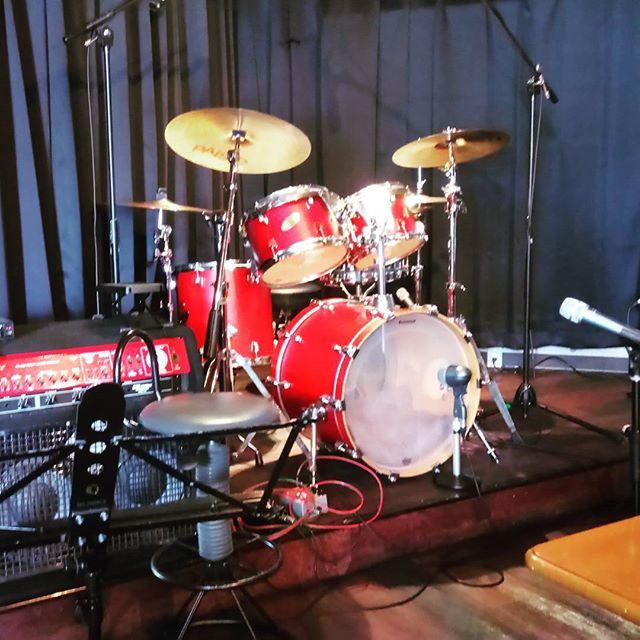 今日は息子が通ってるドラム教室の発表会。保護者同伴は不要ですが、パパもギターで参戦します!