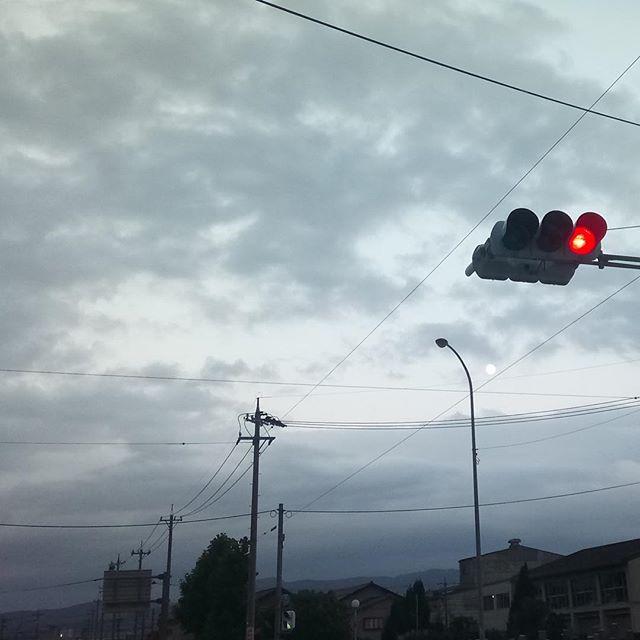 夕暮れの雲間から上弦の月が現れた。あんまりにも幻想的だったので、車を止めてパシャり。でも、やっぱりスマホじゃあ上手く写らなかったなあ(^^;;