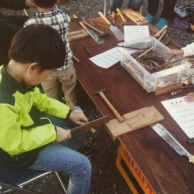 商店街のイベントで、木笛作りに挑戦!最初のうちは息子任せにしてたけど、最後にはパパがノコギリを握ることに…‥