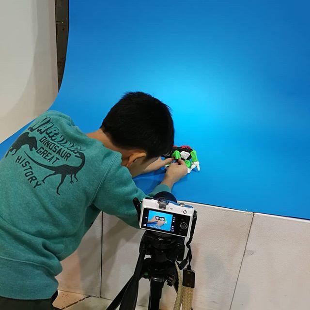 小4の息子とクレイアニメ制作を体験。構想どおりにキャラクターがポーズを取ってくれず、親子で四苦八苦(^。^;)作品は1月にYouTubeで公開されるとのこと。楽しみなような、観たくないような…。