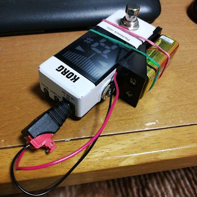 某メーカーのギターチューナー。ボタン電池で駆動するんだけど、消耗が甚だしい。使ってなくなるならまだしも、使ってなくてもスッカラカンに。自然放電というより回路不良っぽい。バラすのも気が引けたので、9V電池と合体させた。これでコンセントがなくとも、チューニングはできそう