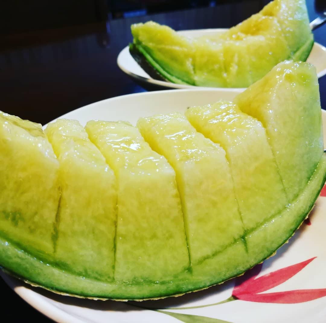 福井県産のメロン3玉、いただきましたぁもう食べ頃なので、贅沢ですが、3日連続でいただいちゃいますっ。